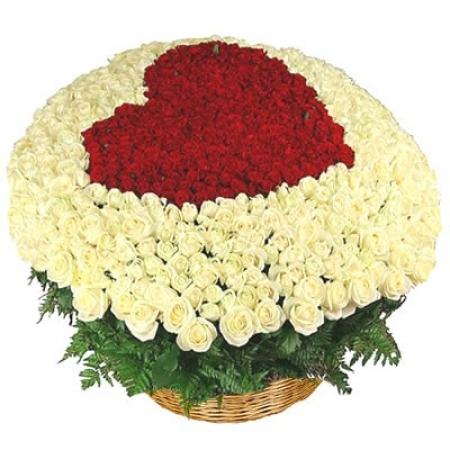 Цветы в корзине Светлый комплимент